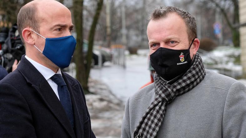 Przewodniczący PO Borys Budka (L) i prezydent Sosnowca Arkadiusz Chęciński (P)