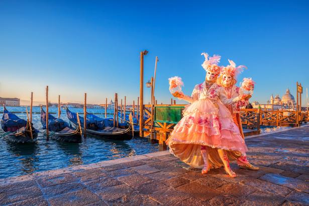 11 – 28 lutego: Karnawał w Wenecji Nie można mówić o karnawale w Europie nie wspominając o najstarszej ulicznej zabawie tego typu. Karnawał w Wenecki jest silnie zakorzeniony w historii i tradycji. Zwyczaj zakładania kolorowych kostiumów i zabawy w maskach sięga XI wieku, kiedy to przysłonięte twarze miały niwelować różnice społeczne i służyć wspólnej zabawie, na czas której wszyscy stawali się równi. Dziś tradycja zyskała nawet regulację prawną – za złamanie nietykalności przebierańców w maskach przewidziane są surowe kary. Karnawał rozpoczyna się od spektakularnego pochodu, który wyrusza spod Arsenału i prowadzi wzdłuż Zatoki Świętego Marka aż do bazyliki. Zgromadzeni tam widzowie mogą podziwiać widowiskowy Lot Anioła, który na linach zjeżdża z dzwonnicy San Marco na balkon Palazzo Ducale, inaugurując tym samym początek zabawy. Do stałych punków programu należą m.in. pochód panien zwanych Mariami, połączony z wyborami najpiękniejszej Wenecjanki i oczywiście konkursy masek, które odbywają się codziennie. – Pamiętajmy, że Wenecja to także malownicze kanały, gdzie również odbywają się pokazy. Słynna już parada wodna na Kanale Grande, to okazja do podziwiania wspaniałych łodzi, którymi sterują przebrani w historyczne kostiumy i maski Wenecjanie – mówi Piotr Wilk z biura podróży Rainbow. O północy, gdy rozpoczyna się Środa Popielcowa, dzwon na Bazylice św. Marka ogłasza koniec karnawału. Wszyscy przebierańcy zdejmują wtedy maski. źródło: http://r.pl/