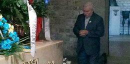 Lech Wałęsa klęczy przy grobie Kaczyńskich. Foto
