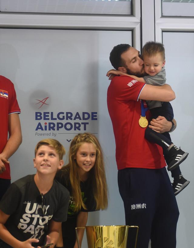 Nemanja Petrić sa sinom na aerodromu