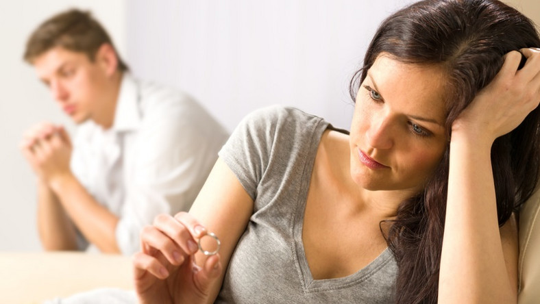 Smutna kobieta ogląda obrączkę