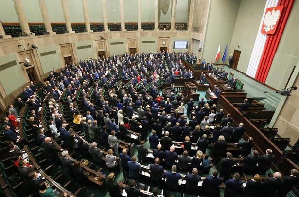 Nowe prawo wprowadza do Kodeksu karnego nowe kategorie przestępstw: wystawianie fikcyjnych faktur VAT oraz ich podrabianie i przerabianie w celu użycia jako autentycznych