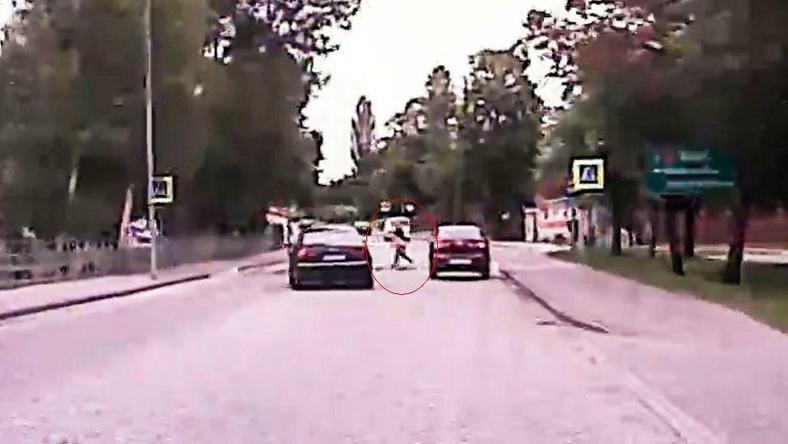 Zdarzenie zarejestrowała kamera znajdująca się w samochodzie jadącym za audi