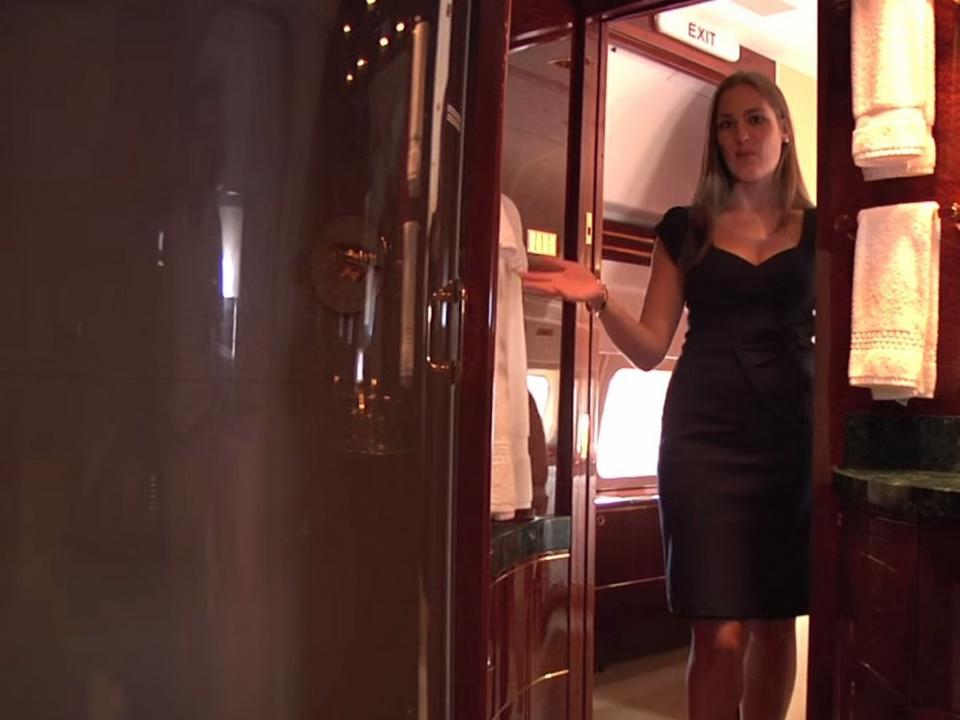 ...i prysznicem. Na pokładzie samolotu są dwie sypialnie.