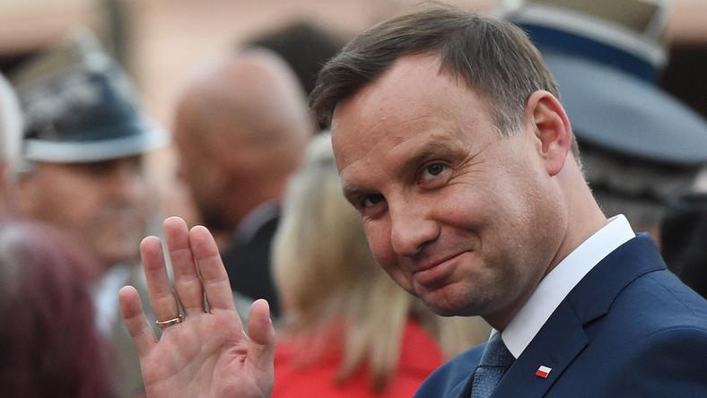 Andrzej Duda w rozmowie z DGP zapowiedział, że na pierwszy ogień pójdą projekty dotyczące wieku emerytalnego oraz kwoty wolnej od podatku. Prezydent zobowiązał się do przygotowania i złożenia tych dwóch najważniejszych projektów w przeciągu pierwszego roku swojej prezydentury. Jeżeli nie uda się zrealizować tej obietnicy - Andrzej Duda ustąpi z urzędu.