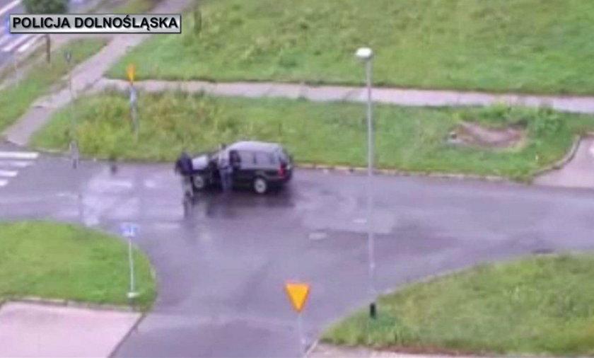 Policjanci uratowali kierowcę