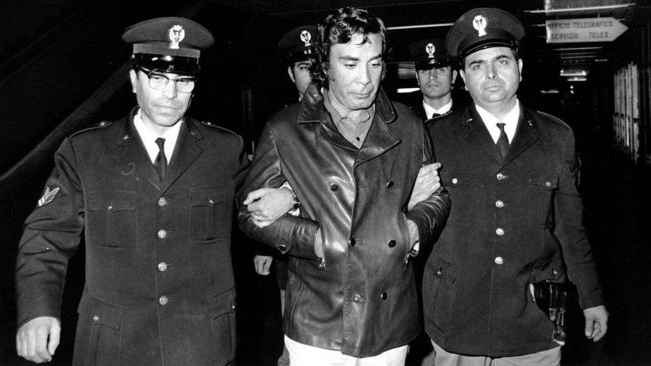 Tommaso Buscetta eskortowany przez policjantów
