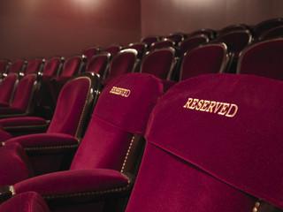 """Teatr Dramatyczny w Płocku spektaklem """"Zamknij oczy i myśl o Anglii"""" wznawia przedstawienia na żywo"""