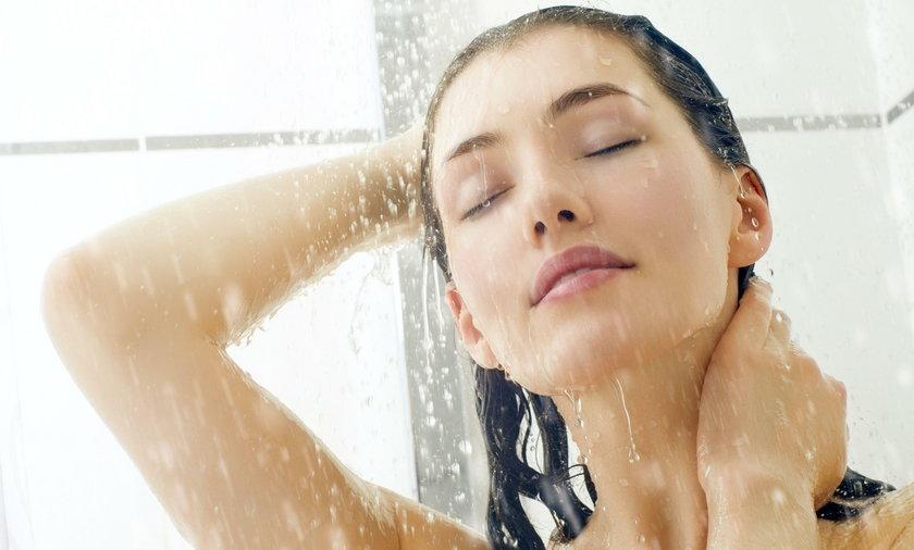 Kobieta bierze prysznic