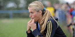 Ta gorącą blondynka trenuje piłkarzy