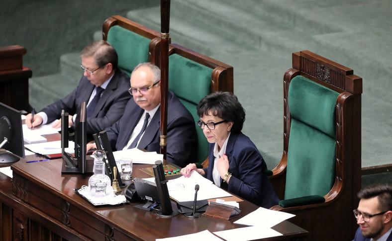 W zeszłym tygodniu opisaliśmy przypadek dwójki parlamentarzystów Koalicji Obywatelskiej (KO), którzy twierdzą, że na posiedzeniu Sejmu 14 sierpnia udało im się zagłosować zdalnie, będąc poza granicami kraju. Niewykluczone, że tego samego dopuścili się politycy z innych ugrupowań.