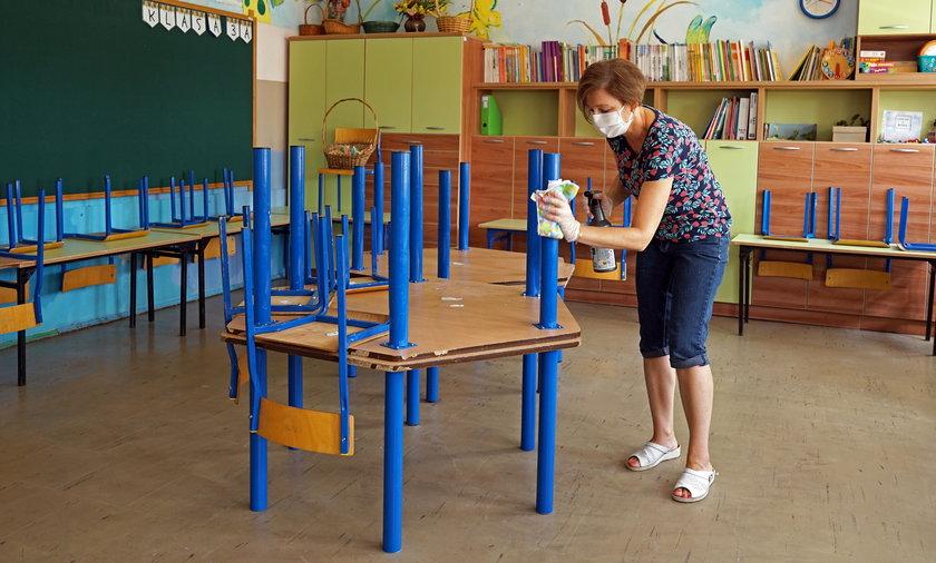 Na zdjęciu: dezynfekcja w Szkole Podstawowej nr 24 w Białymstoku.