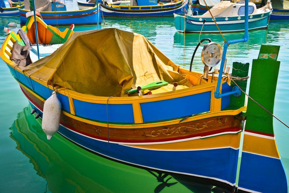 Marsaxlokk - Słynne kolorowe łodzie ozdobione okiem Ozyrysa kołyszą się na wodzie w osadzie rybackiej Marsaxlokk