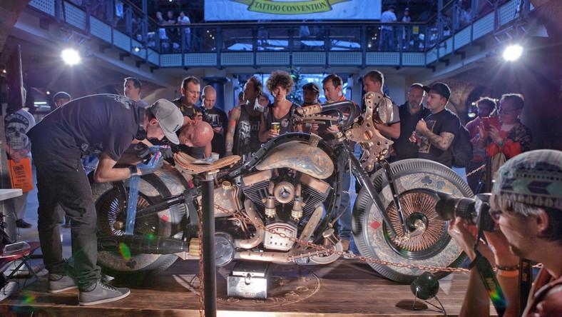"""Behemoth Bike, motocykl przygotowany przez frontmana formacji Behemoth, Adama """"Nergala"""" Darskiego we współpracy z firmą Game Over Cycles (GOC) doczekał się młodszego rodzeństwa. Specjaliści z GOC stworzyli niezwykłą maszynę o nazwie Cheyenne Bike The Recidivist, którą odsłonili w Londynie podczas London International Tattoo Convention, najbardziej prestiżowego konwentu sztuki zdobienia ciała na świecie..."""