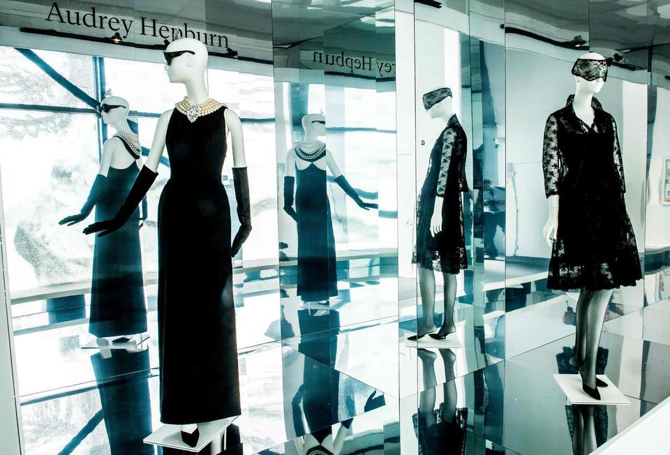 """Czarna sukienka zaprojektowana dla Audrey Hepburn do filmu""""Śniadanie u Tiffany'ego"""""""
