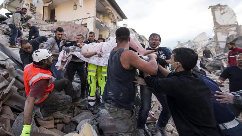 Do co najmniej 50 wzrosła liczba ofiar śmiertelnych trzęsienia ziemi o sile 6,2 w skali Richtera, które w środę nad ranem nawiedziło środkowe Włochy - wynika z informacji podawanych przez miejscowe media. Poprzedni bilans mówił o sześciu zabitych.