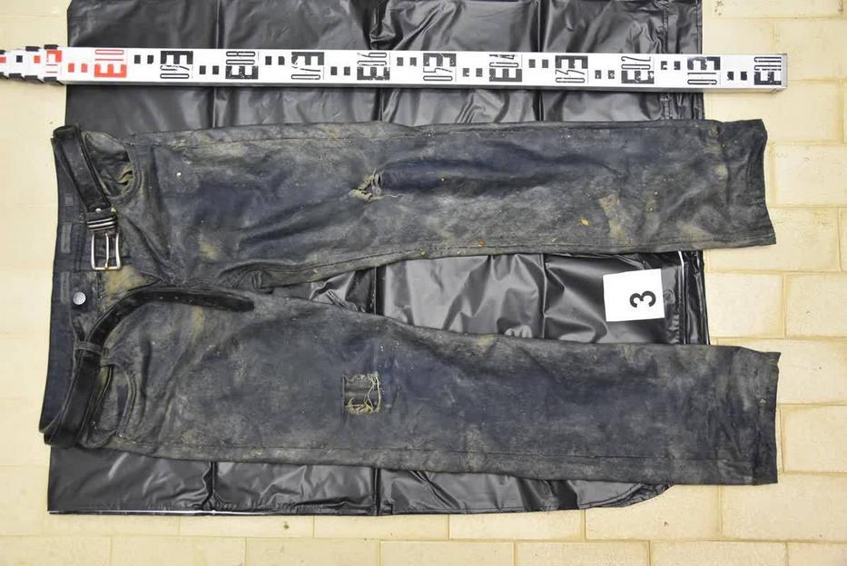 Ez a nadrág volt a halott férfin, mikor rátaláltak /Fotó: police.hu
