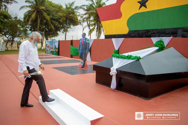 Rawlings visits Atta Mills' Asomdwee Park [ARTICLE] - Pulse Ghana