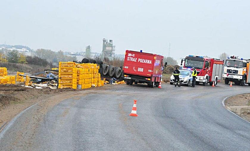 Ciężarówka wypadła z drogi i dachowała. Towar przygniótł kierowcę