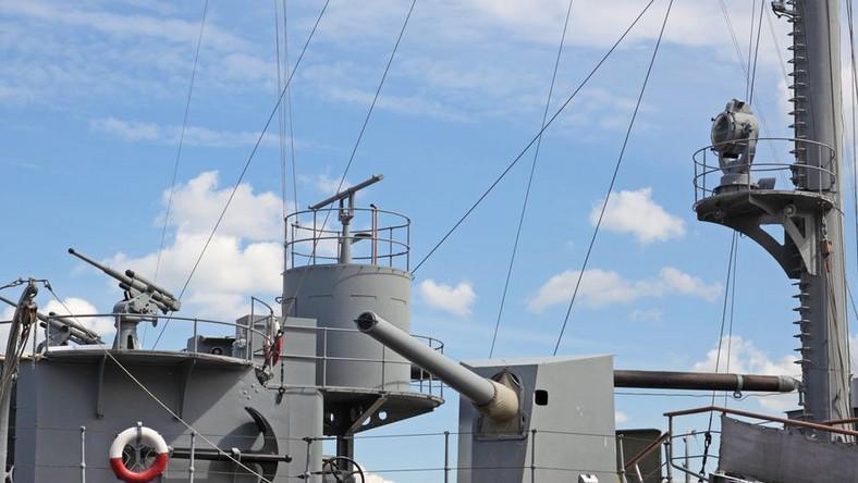 Nowoczesny okręt wojenny płynie w stronę Falklandów