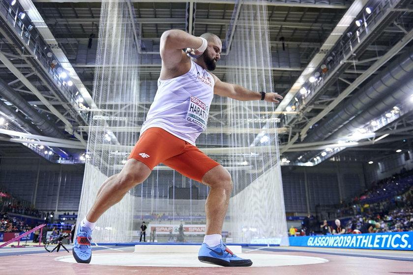 Olbrzym z Beskidów jeszcze latem ciskał kulą na 22,32 metra, czym ustanawiał rekord Polski, ale gdy przyszło mu rywalizować w Katarze o medale mistrzostw świata, sensacyjnie nie awansował nawet do finału.