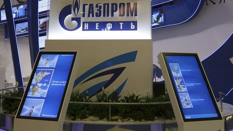 Aktywiści Greenpeace'u przykuli się do dystrybutorów Gazpromu