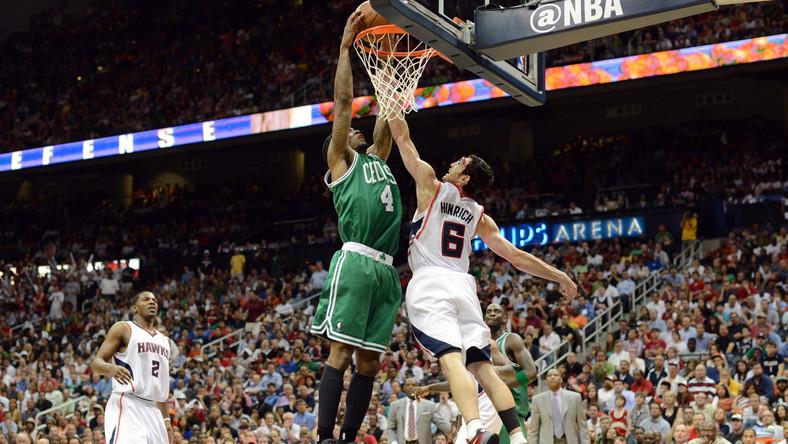 Koszykarz Celtics wkłada piłkę do kosza