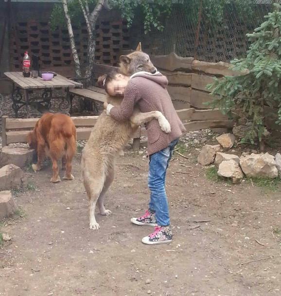 Coka se druži sa trinaestogodišnjom devojčicom