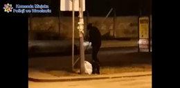 Policjant w drodze do pracy zauważył coś dziwnego. Zobacz FILM