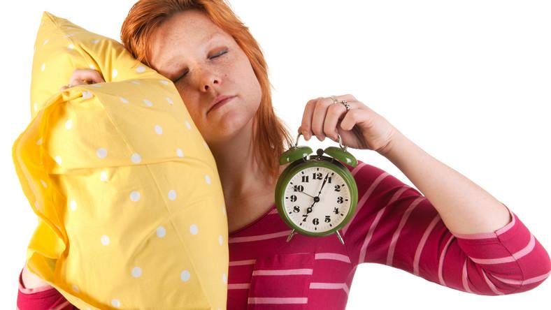 Wydaje ci się, że śpisz wystarczająco długo, ale i tak rano na dźwięk budzika nie reagujesz wcale albo reagujesz agresją? Może popełniasz jakieś błędy, przez które trudno jest ci się rano obudzić