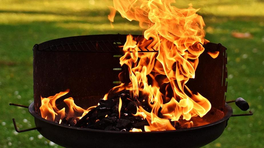 Do szybkiego rozpalenia grilla można wykorzystać podpałkę - Alexas_Fotos/pixabay.com