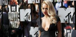 Rita Ora kusiła zabójczo głębokim dekoltem