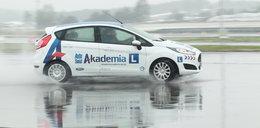 Kobieta za kierownicą. Jak bezpiecznie prowadzić w niepogodę?