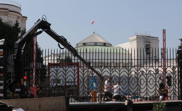 Montaż bramy na wjeździe na teren Sejmu w Warszawie