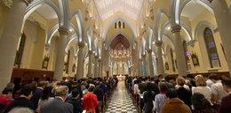 Komunia do ręki i msza św. w maseczkach. Honkong broni się przed koronawirusem
