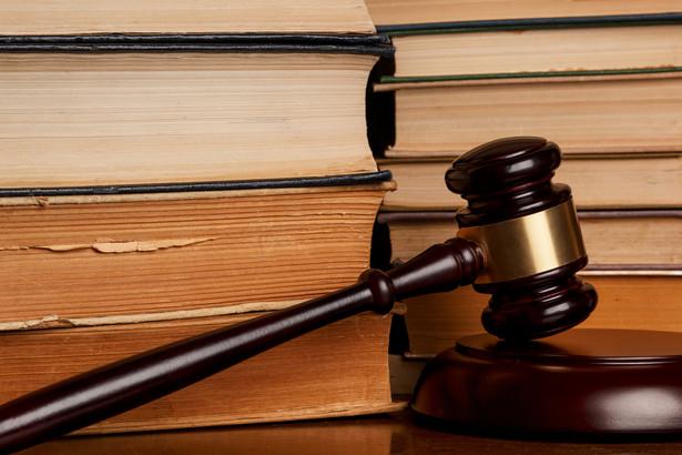 Czy oskarżyciel, jak każdy, ma prawo – zgodnie z art. 54 konstytucji – korzystać z wolności wyrażania poglądów?