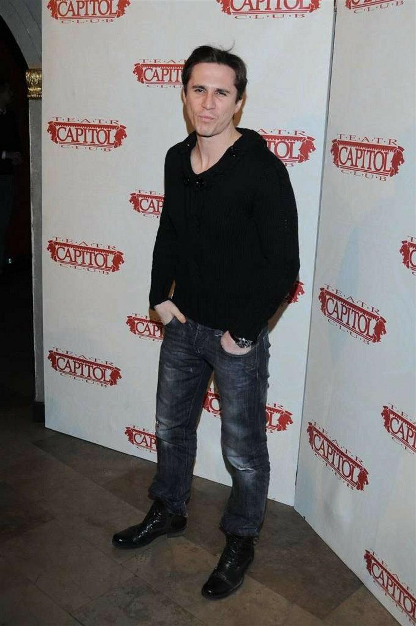 Polski aktor miał wypadek na nartach. Jest ranny. Foto