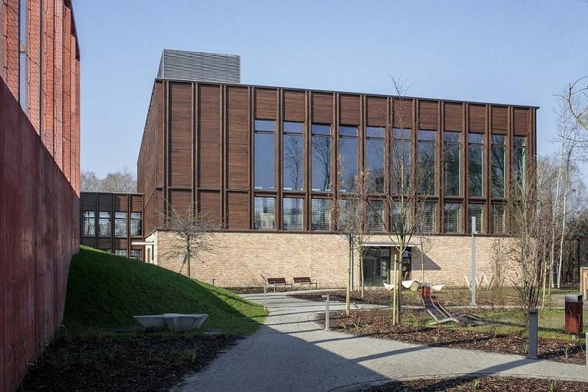 Architektura użyteczności publicznej – Szkoła Podstawowa nr 400 w Wilanowie, aleja Rzeczypospolitej 23B