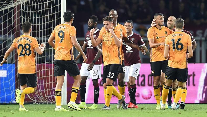 Radość piłkarzy Wolverhampton po wygranym meczu z Torino 2:3