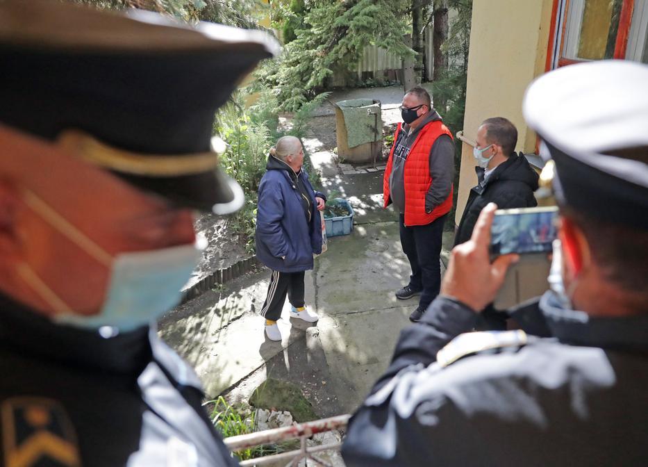 A végrehajtó és a rendőrök kitessékelték az idős házaspárt otthonról. /Fotó: Grnák László