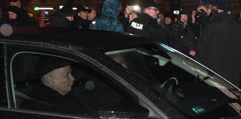 Prezes PiS odwiedził grób brata. Demonstranci: będziesz siedzieć!