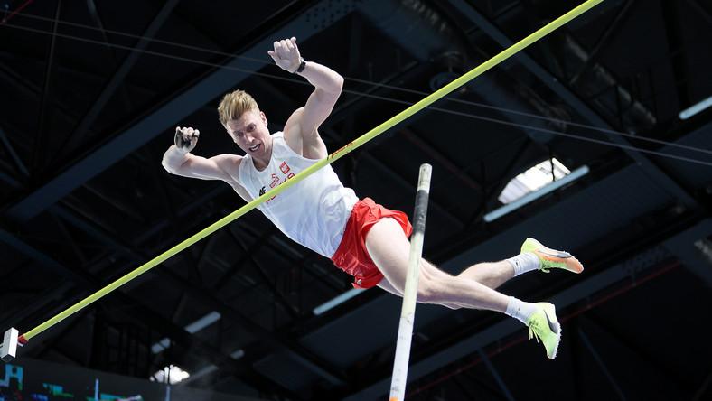Piotr Lisek podczas konkursu kwalifikacyjnego skoku o tyczce na lekkoatletycznych halowych mistrzostwach Europy w Toruniu