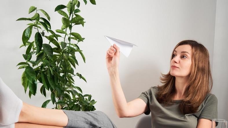 Kobieta przy biurku. Prokrastynacja.