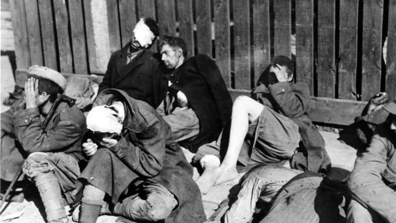 Powstanie Warszawskie. Berlingowcy i żołnierze AK wzięci do niemieckiej niewoli na Czerniakowie