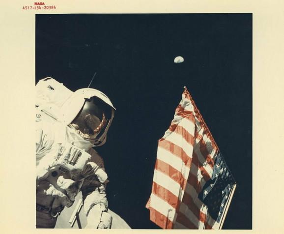 Judžin Cernan i Harison Šmit sa Zemljom iznad američke zastave, decembar 1972.