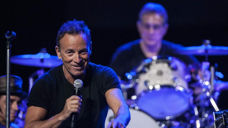 """Zobacz, jak Bruce Springsteen śpiewa z U2 przebój """"Where The Streets Have No Name""""."""