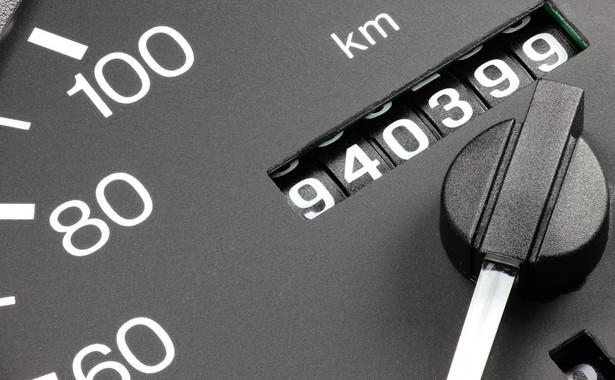 Zaniżenie liczby przejechanych kilometrów wciąż jest jednym z najpopularniejszych oszustw stosowanych przez nieuczciwych sprzedających, dlatego ewidencjonowanie stanu licznika pojazdu ma utrudnić ten proceder.