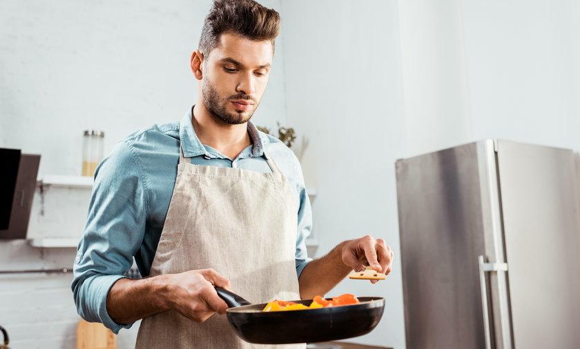 Mężczyzna w kuchni.