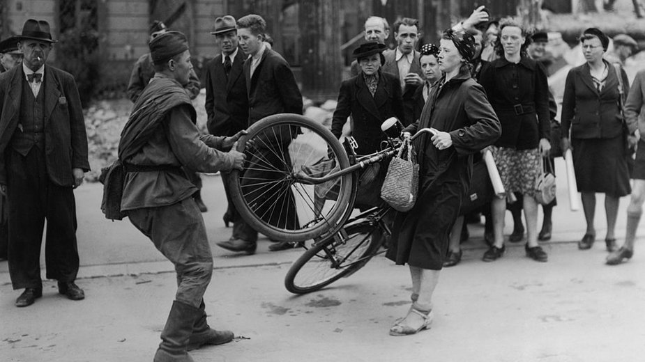 Wprawdzie zdjęcie zostało wykonane w Berlinie, ale niezwykle trafnie oddaje nastawienie sowieckiej armii do ludności cywilnej na całym obszarze swojej strefy okupacyjnej.