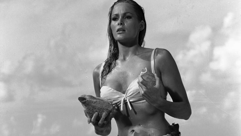 """Pamiętna Honey Rider z """"Doktora No"""" była pierwszą dziewczyną Bonda. Scena, w której wychodzi z morza, przeszła do historii kina"""